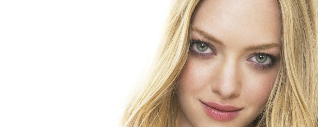 amanda_seyfried_blonde_hair_gray_eyes_face_long_hair_nice_28919_2560x1024